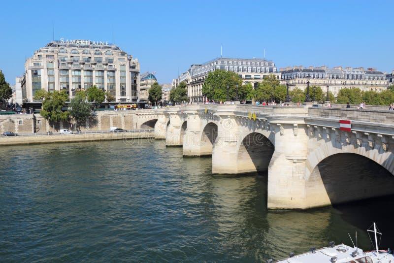 Pedestrians i ruch drogowy na Pont Neuf w Paryż, Francja fotografia royalty free