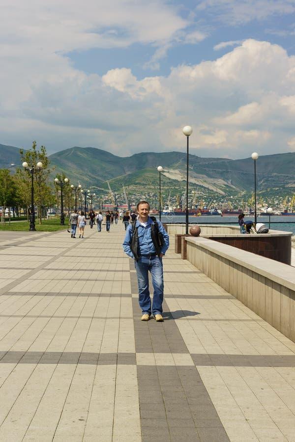 Pedestrians na nabrzeżu miasto Novorossiysk na Czarnym morzu fotografia royalty free