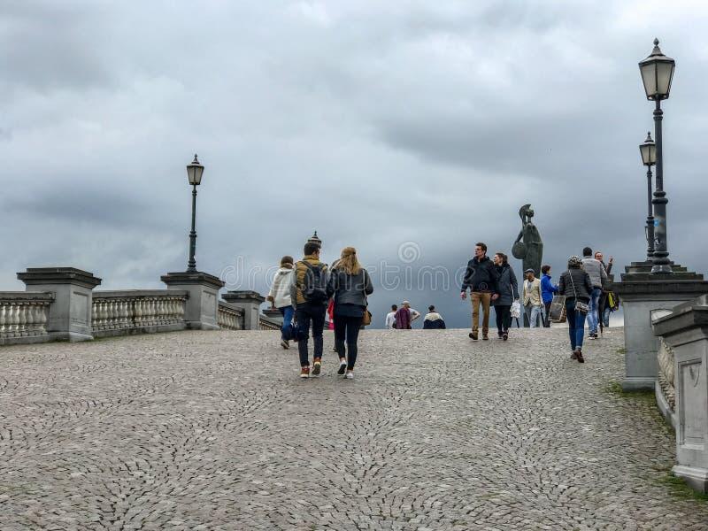 Pedestrians na Steenplein przejściu w Antwerp, Belgia obrazy royalty free