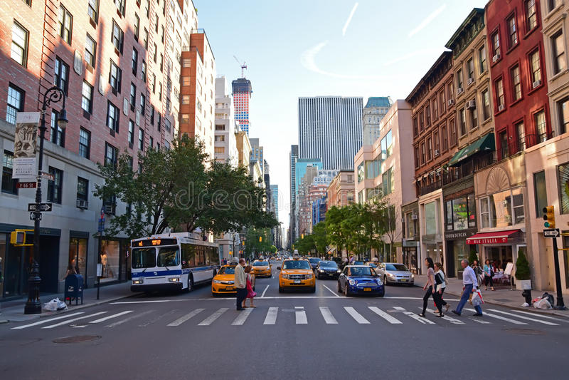 Pedestrians skrzyżowanie na zebry skrzyżowaniu wzdłuż Madison alei Miasto Nowy Jork obraz stock