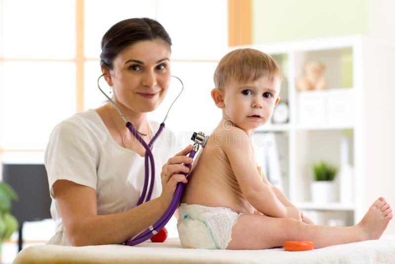 Pediater arts die jong geitje onderzoeken weinig kindjongen royalty-vrije stock afbeeldingen