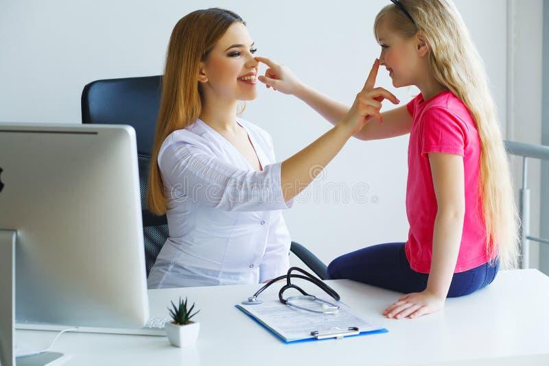 Pediater arts die meisje onderzoeken royalty-vrije stock fotografie