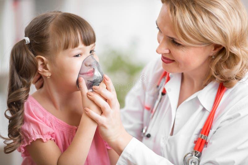 Pediater arts die tot inhalatie maken aan jong geitje royalty-vrije stock foto