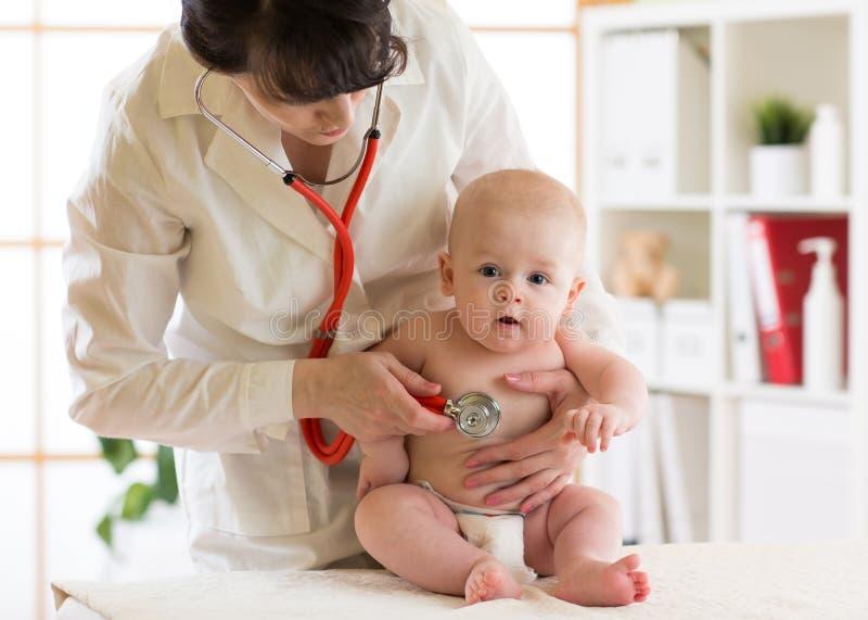 Pediater arts met baby in medische ruimte royalty-vrije stock afbeeldingen