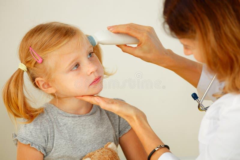 Pediater die temperatuur vergen stock fotografie