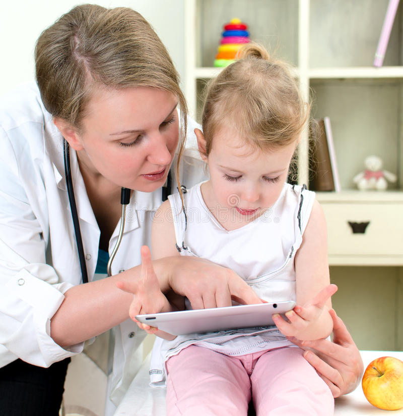 Pediater en meisje royalty-vrije stock fotografie