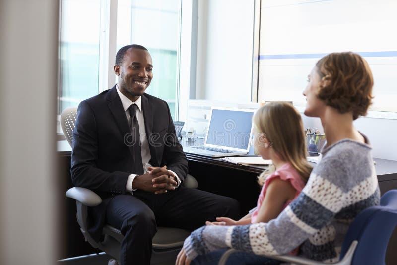 Pediater Meeting With Mother en Kind in het Ziekenhuis stock afbeelding