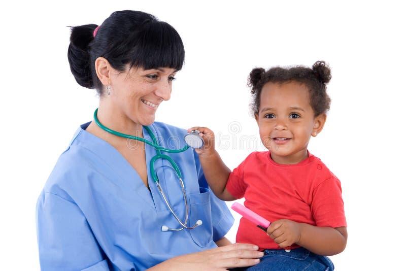 Pediater met een mooi babymeisje stock foto