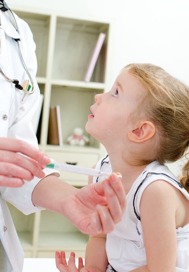 Pediatra de visita da menina bonito imagens de stock royalty free