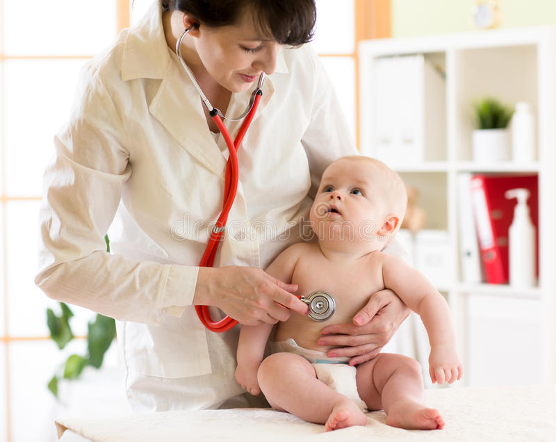 Pediatra do doutor e bebê fêmeas da criança do paciente foto de stock royalty free