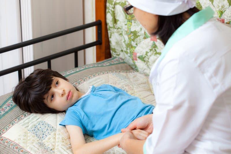 Pediatra do doutor que fala a um paciente pequeno fotos de stock royalty free