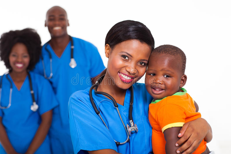 Bebê preto do pediatra imagens de stock