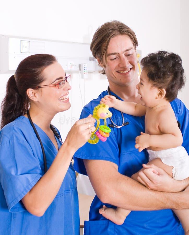 Pediatra e bebê imagem de stock royalty free