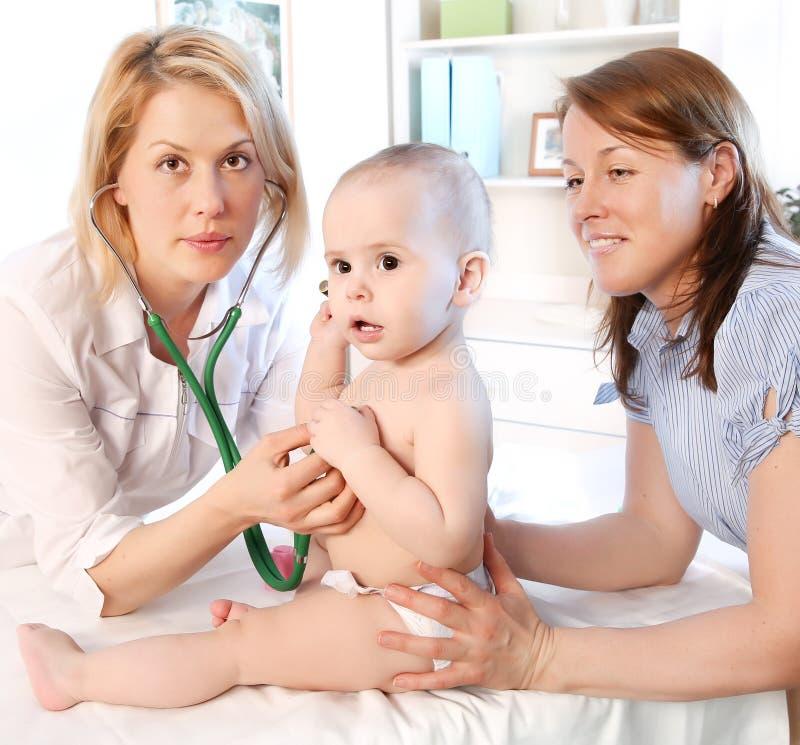 Pediatra e bebê de Doctror imagens de stock