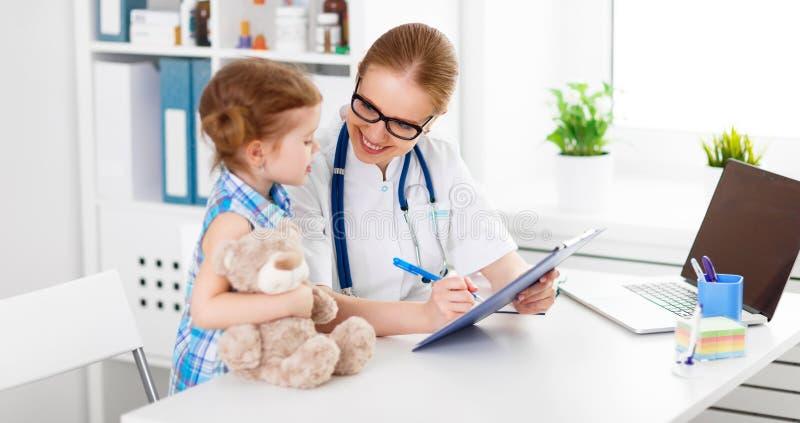 Pediatra feliz amigável do doutor com a menina paciente da criança imagens de stock royalty free