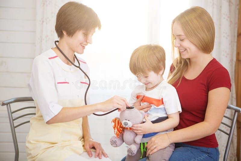 Pediatra Meeting With Mother y niño en hospital imagen de archivo