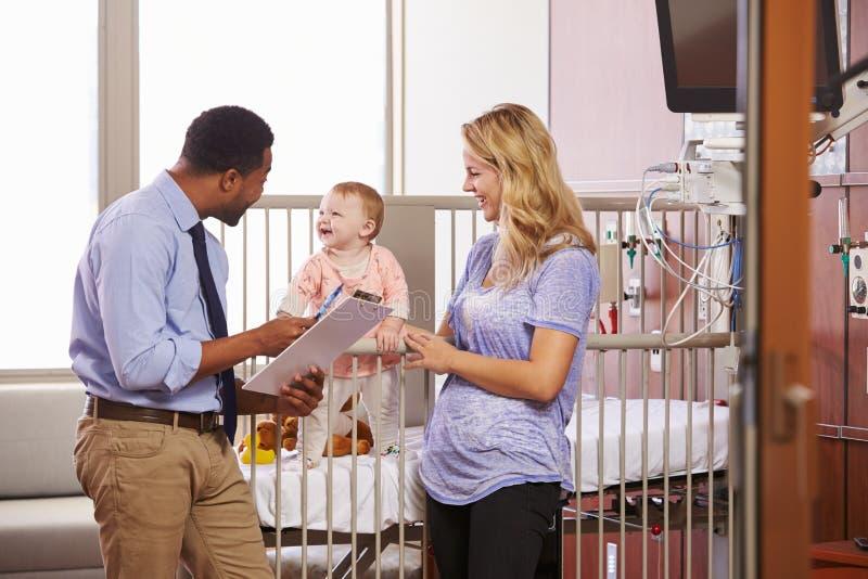 Pediatra Odwiedza matki I dziecka W łóżku szpitalnym zdjęcie stock