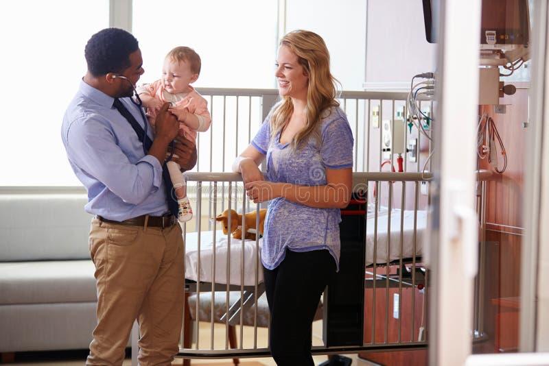 Pediatra Odwiedza matki I dziecka W łóżku szpitalnym fotografia royalty free
