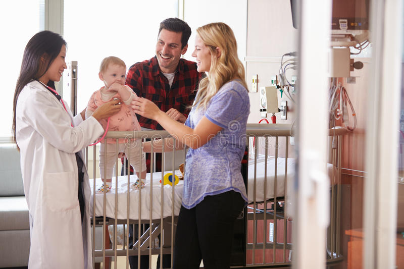 Pediatra Odwiedza rodziców I dziecka W łóżku szpitalnym zdjęcia royalty free