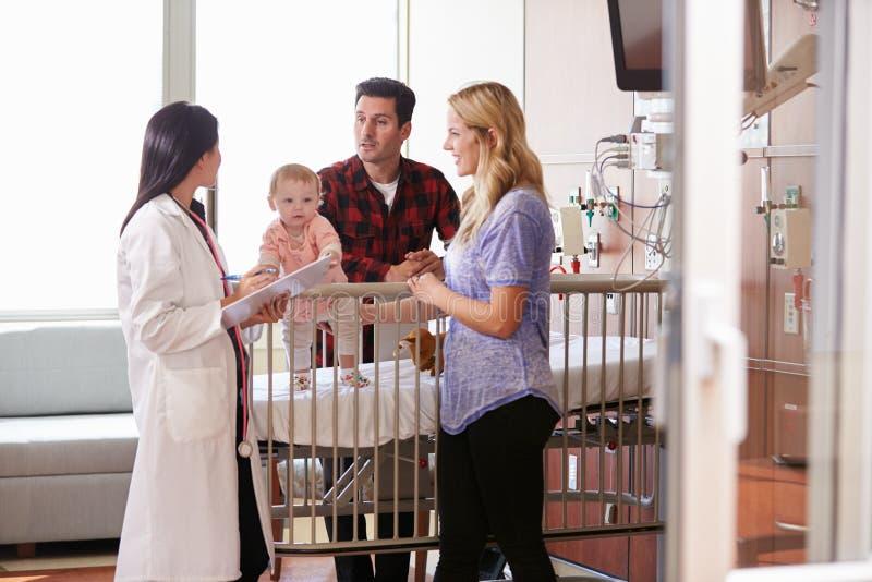 Pediatra Odwiedza rodziców I dziecka W łóżku szpitalnym zdjęcie royalty free