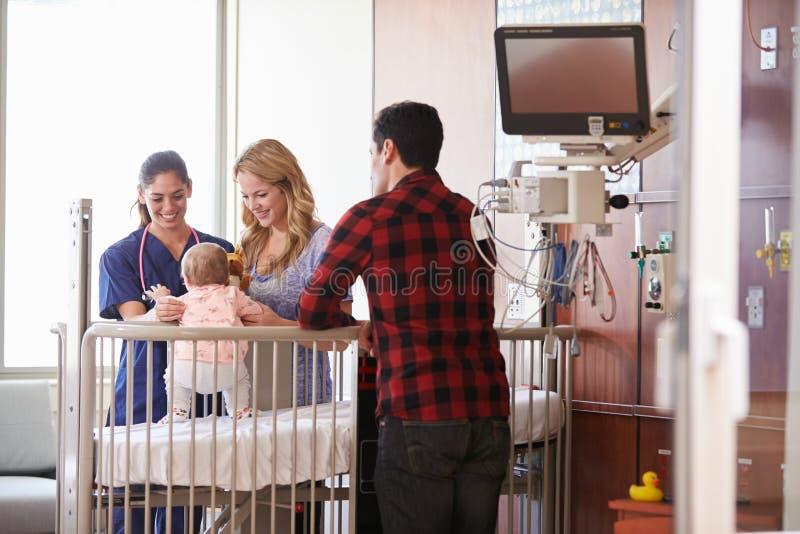 Pediatra Odwiedza rodziców I dziecka W łóżku szpitalnym fotografia royalty free