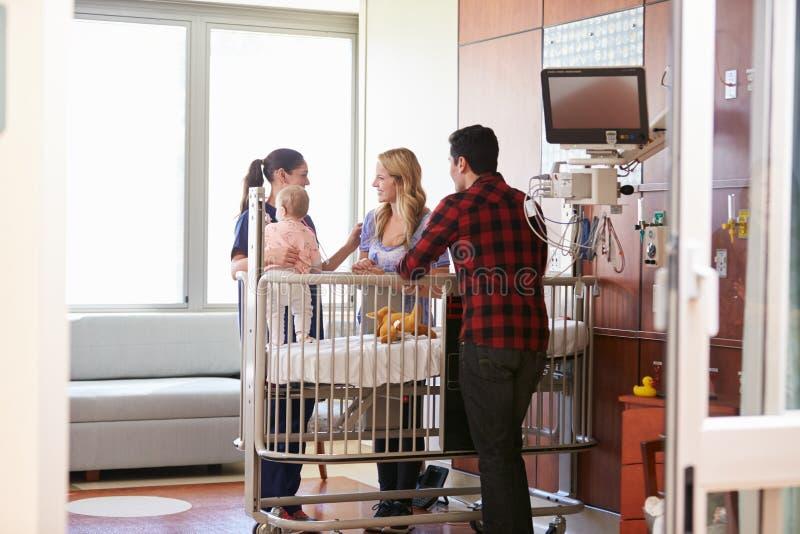Pediatra Odwiedza rodziców I dziecka W łóżku szpitalnym obraz royalty free