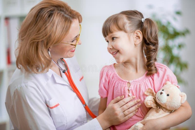 Pediatra opowiada pozytywnie z dzieciakiem obraz royalty free