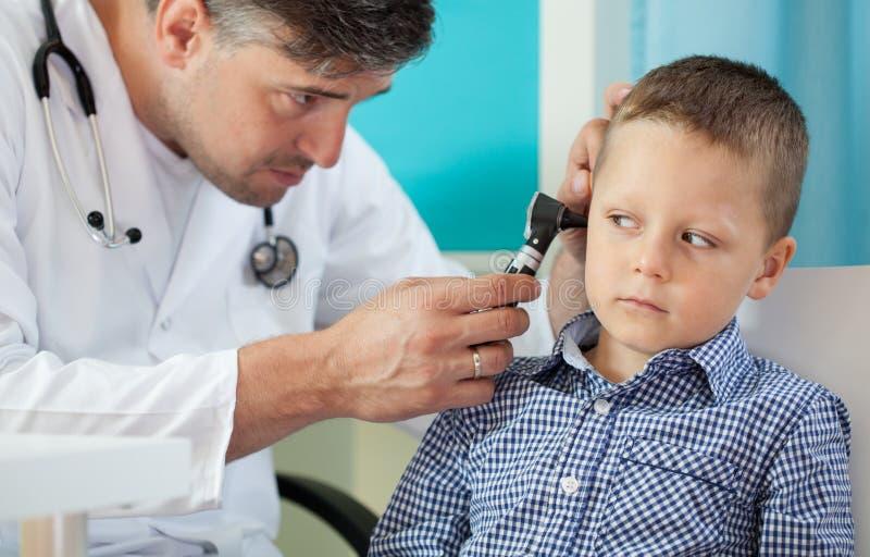 Pediatra que usa o otoscope foto de stock royalty free