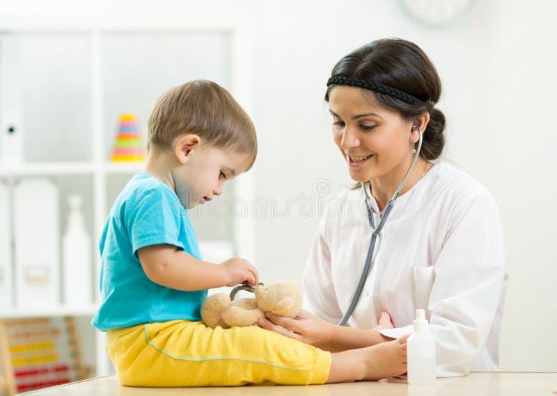Pediatra que visita del niño en la oficina del doctor fotos de archivo libres de regalías