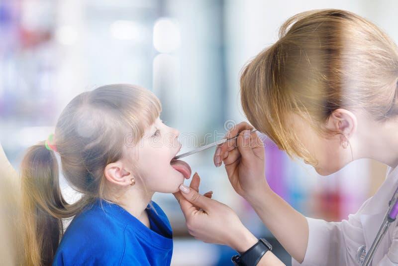 Pediatra sprawdza gardło mały dziecko obraz stock