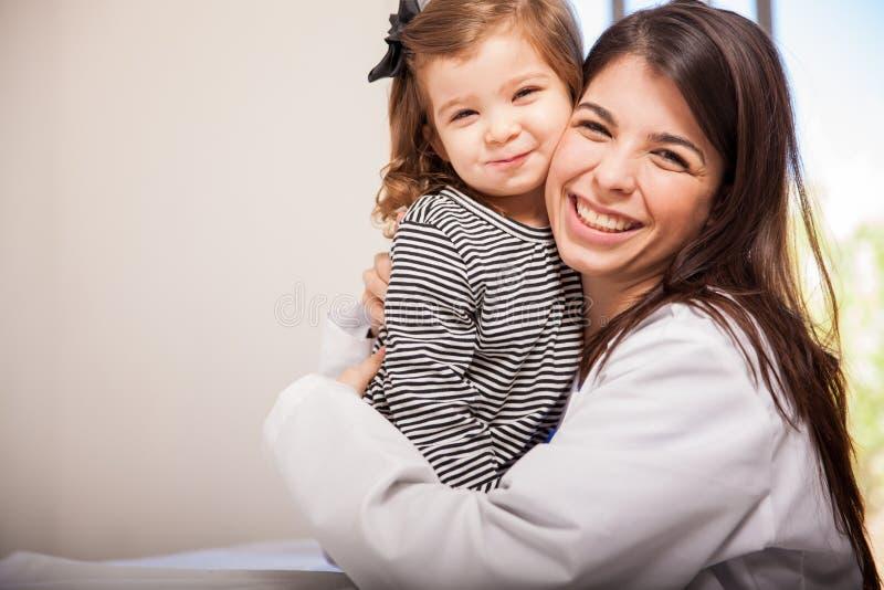 Pediatra y uno de sus pacientes imágenes de archivo libres de regalías