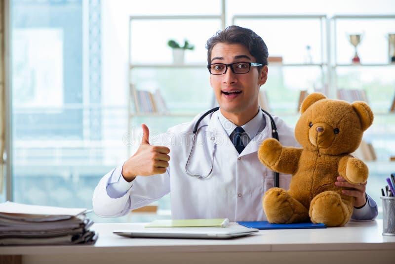 Pediatra z zabawkarskim obsiadaniem w biurze zdjęcie royalty free