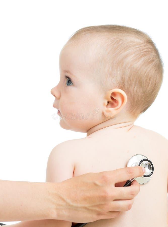 Pediatrische arts die jong geitje onderzoeken royalty-vrije stock foto's