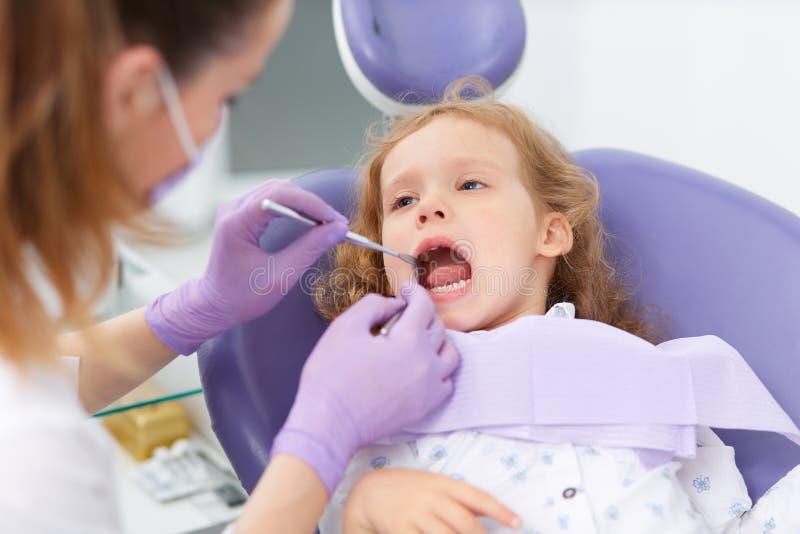 Pediatrische tandarts met patiënt royalty-vrije stock afbeeldingen