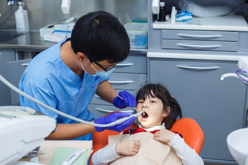 Pediatrische tandheelkunde, het concept van de preventietandheelkunde Schone tandarts stock foto's
