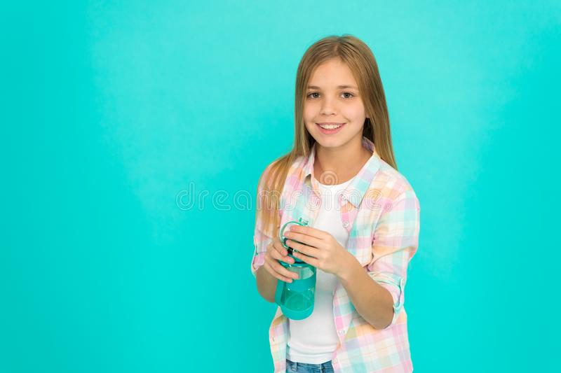 Pediatrische wanorde van waterbalans Meisjeszorgen over gezondheid en waterbalans De flessen blauwe achtergrond van de jong geitj stock foto