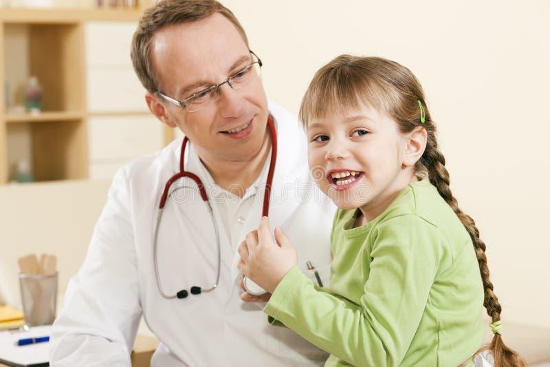 pediatrisk barndoktorstålmodig royaltyfri fotografi