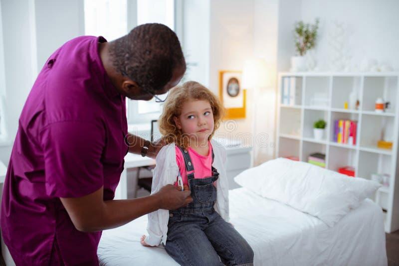 Pediatrisk mäta temperatur för liten gullig flicka arkivfoton