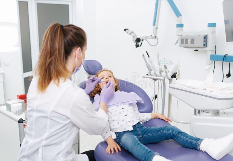 Pediatryczny dentysta z pacjentem obraz stock