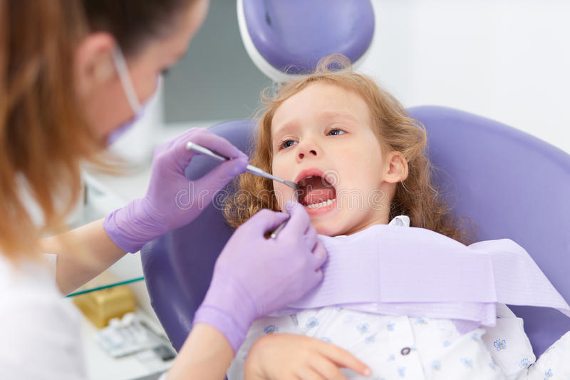 Pediatryczny dentysta z pacjentem obrazy royalty free