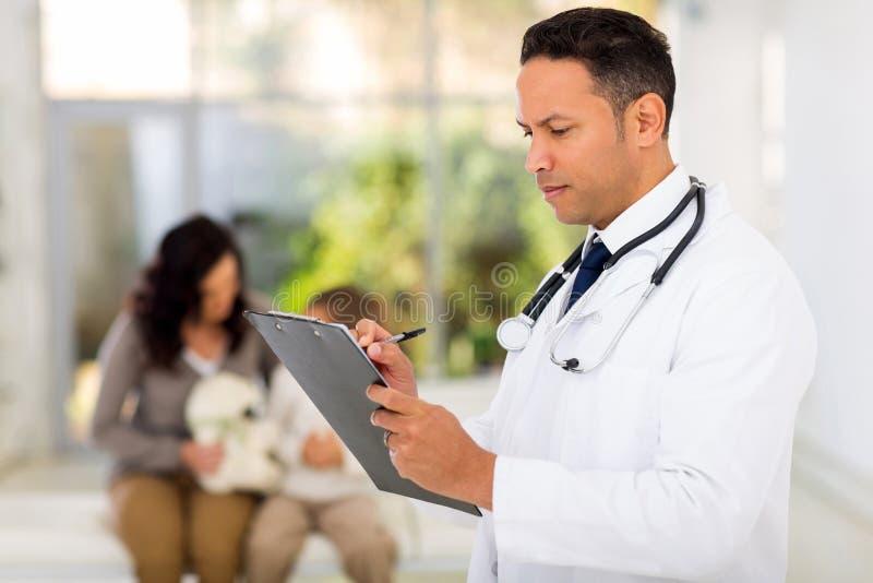 Pediatryczny doktorski writing obrazy stock