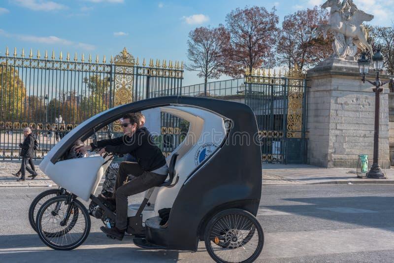 Pedicab小室在巴黎的中心 免版税库存图片