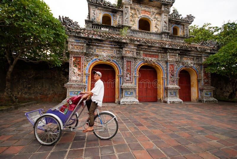 Pedicab à l'entrée de la citadelle, Hue, Vietnam images stock