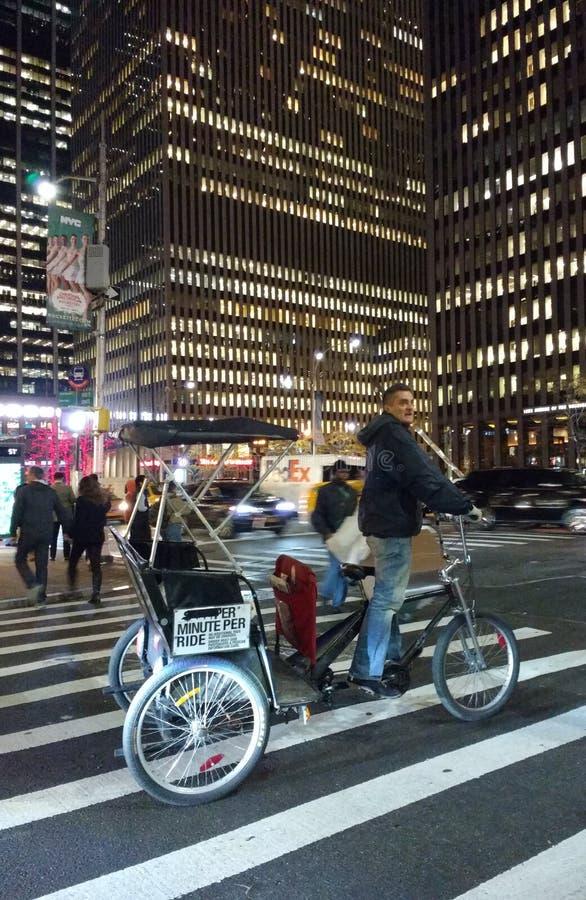 Pedicab dans le passage piéton, Midtown Manhattan, NYC, Etats-Unis images libres de droits