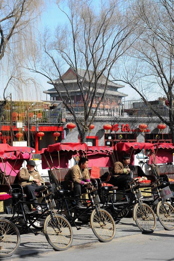 Pedicab-Fahrer, die auf Kunden warten lizenzfreie stockfotos