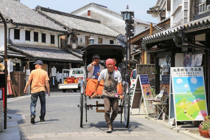 Pedicab-guida sulla via di Kurashiki, Giappone immagine stock libera da diritti