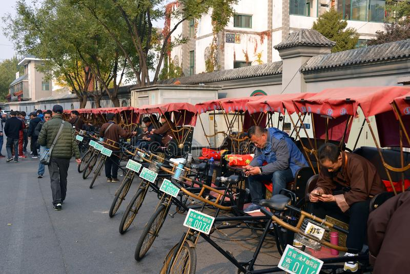Pedicab-Reiterwartung Passagiere stockbild