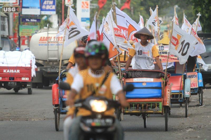 Pedicab ståtar när partiet av demokrati i Indonesien royaltyfria foton