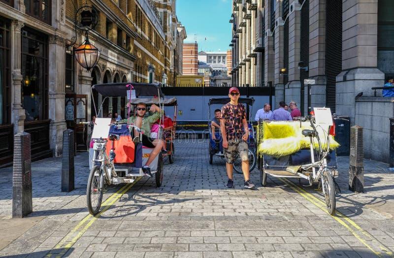 Pedicabs som väntar för att välja upp en biljettpris royaltyfri fotografi