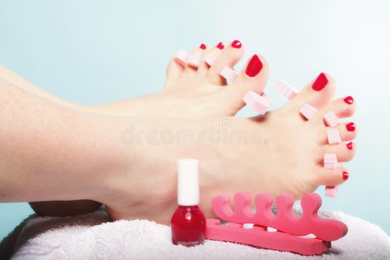 Download Pedicure ноги прикладывая красные Toenails на сини Стоковое Изображение - изображение насчитывающей пинк, внимательность: 33735751